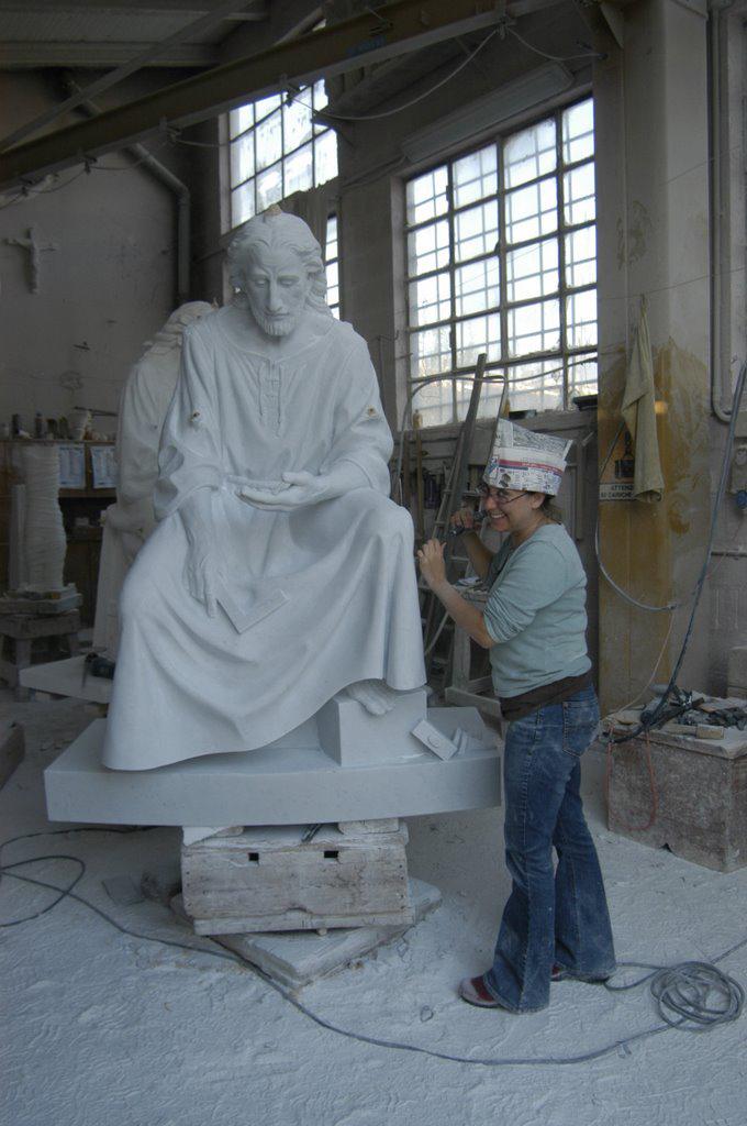Sarah working at Studio Antognazzi in Pietrasanta